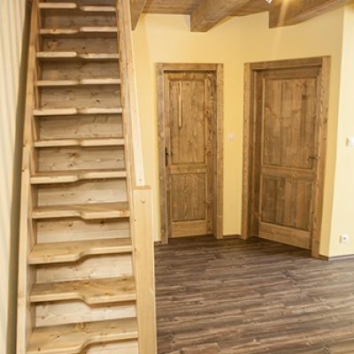 apartman 6 schody podkrovie